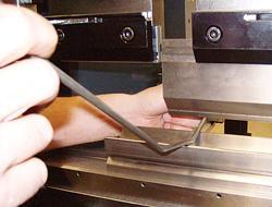 Una manera más segura de doblar barras en una prensa dobladora - TheFabricator.com